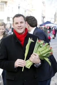 Hannelore Kraft rockt mit rotem Schal