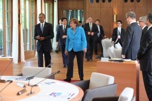 07.06.2015, Germany, Bayern, G7 Summit im Schloss Elmau, eine Nobel Hotel in einem einsamem Tal oberhalb von Garmisch Partenkirchen. Hier kommen zur Arbeitssitzung US PrŠsident Barack Obama und Angela Merkel sowie weitere fŸhrende Wirtschaftsnationen ohne Russland zusammen. Die Stimmung  ist gelšst, nachdem es schon den ganzen Vormittag Gebirgsschuetzen ohne Ende gab. Verstimmung wegen Abhoeraffaere? Keine Spur. Zu Beginn der Arbeitssitzung wirkt Obama eher gelangweilt, wŠhrend sich die Kanzlerin erschrocken Ÿber fotografische Begleitung wŠhrend der Sitzung wundert. HŠtte man ihr auch sagen kšnnen. In jedem Fall kšnnen 2 Geheimnisse aus der Sitzung herausgetragen werden: 1. Alle haben fŸr Notizen ein Pad auf ihrem Arbeitsplatz mit Microsoft Office 365. Man notiert also bestimmt in einem geschlossenen System.  2. Kein Teilnehmer kann aus Langeweile mit dem Stuhl kippeln. Das besondere Design der StŸhle lŠsst dies nicht zu. So geht alles seinen Lauf. Obama knšpft minutenlang an seinem Sakko, das selbst im Stuhlsitz immer noch glatt anliegt. Ohne Photoshop. Wahrscheinlich intelligente Kleidung. Innen wird Ÿber Klima geredet, drau§en laufen mind. 3 Fahrzeuge des PrŠsidenten mit 6 l im Leerlauf immer Stand By, Verbrauch pro Stunde des Chevy Suburban, ca. 44 l.  © Frank Ossenbrink Media Group GmbH , politikfoto@hotmail.com  Bankverbindung: Landsberg-Ammersee Bank, BLZ 70091600, Kto-Nr: 250058, www.politikfoto.de,
