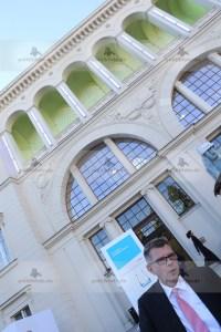 01.07.2015, Germany, Berlin, BITCOM Sommerfest im Hamburger Bahnhof, BITCOM Sommerfest, Thorsten Dirks ist neuer BITKOM-PrŠsident und Ÿbernimmt von Prof. Kempf, das war die Meldung des Tages der ITK Gemeinde in Deutschland Achim Berg, Ulrich Dietz und Timotheus Hšttges als VizeprŠsidenten sowie Michael Kleinemeier als Schatzmeister bestŠtigt. So fand das BITCOM Somme4rfest unter den Augen der Politik mit Minister Alexander Dobrindt, sowie den StaatstekretŠren Dorothee BŠr, Uli Kelber und einer Armada von Abteilungsleitern  aus 3 Ministerien statt.  Digitalisierung der Wirtschaft, Ausbau der Breitbandnetze und Aufbau intelligenter Infrastrukturen zentrale Herausforderungen der nŠchsten Jahre. Minister Dobrindt zeigte sich vorausschauend nicht nur im substanziellen Breitbandausbau, auch in der Ministermode ging er erstmalig einen Schritt . Dabei hatte er wohl die AnkŸndigung des Deutschen Mode Instituts fŸr die Business MŠnner Mode gelesen:Ò FŸr festliche AnlŠsse oder zum Business-Termin rŠt das DMI nach wie vor zum klassischen Anzug. Wer jedoch nicht durch Corporate Identity in seinem Unternehmen bezŸglich seiner Kleidung vollkommen festgelegt ist und vielleicht in einem jungen Start-Up-Unternehmen seine Arbeitskraft zu Markte trŠgt, darf kommenden Sommer experimentieren.Ò Wir sehen hier den Tag 1. Juli als den Tag an, wo Minister Dobrindt sich von der CI der CSU etwas lšst. Wir werden sehen, ob sich das in den kommenden Monaten auch in der Freiheit der Gesetzgebung niederschlŠgt.  © Frank Ossenbrink Media Group GmbH , politikfoto@hotmail.com  Bankverbindung: Landsberg-Ammersee Bank, BLZ 70091600, Kto-Nr: 250058, www.politikfoto.de, Steuernummer 502/5221/1111, Finanzamt Bonn-Innenstadt